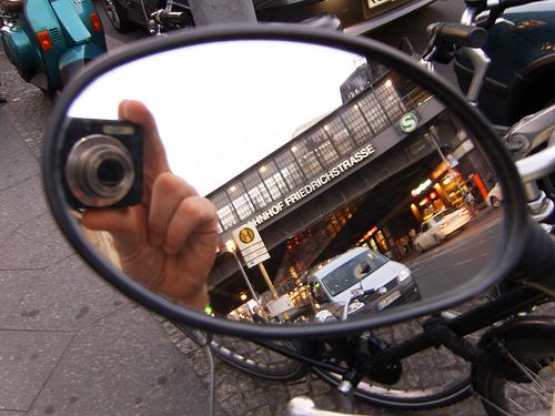 Rückspiegelspielereien an der Friedrichstraße