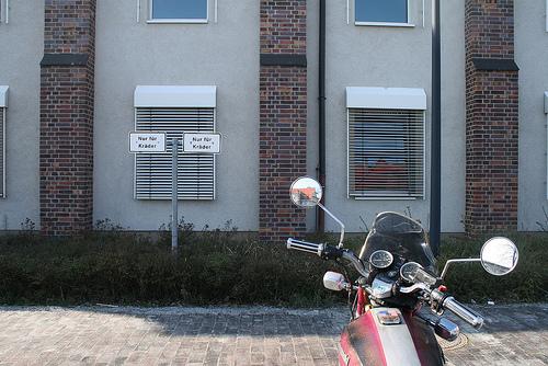 Motorrad vor der Polizeiwache Kaulsdorf