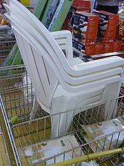 weißer plastikstuhl