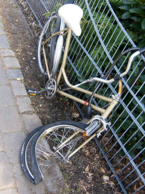 kaputtes fahrrad im humboldthain (juli 2010)