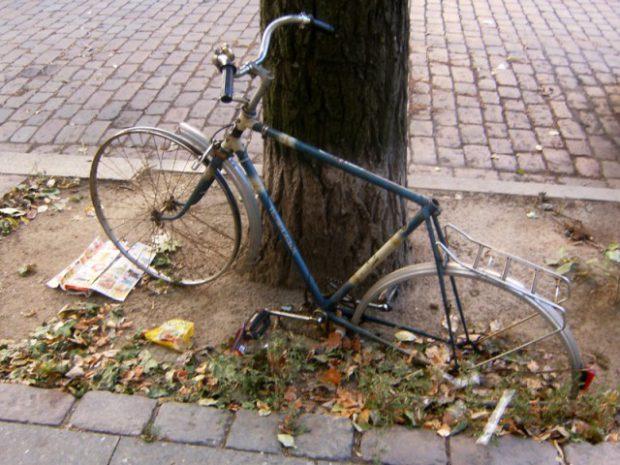 kaputtes fahrrad um die ecke (juli 2010)