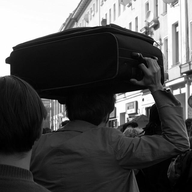 Kofferträger auf dem Myfest am 1. Mai 2007, Berlin-Kreuzberg