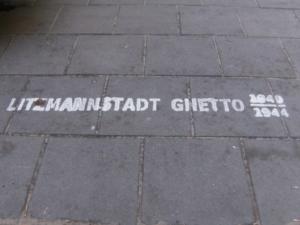 auf dem bürgersteig ist der verlauf des ehemaligen ghettos markiert