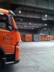 Müllauto und Container