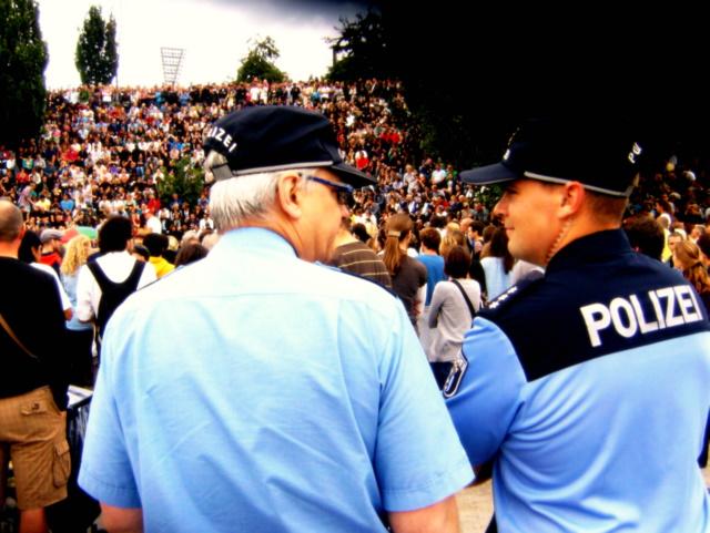 polizisten beim karaoke im mauerpark (august 2011)