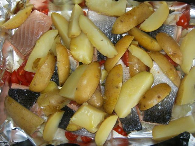die kartoffeln auf den lachs schmeißen, wieder in den ofen zurück