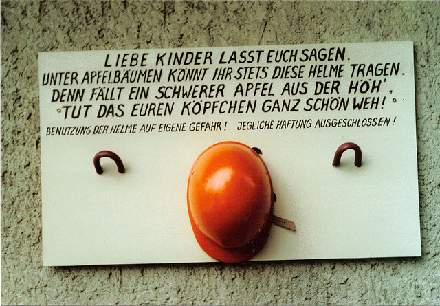 Hinweis auf einem Spielplatz in Thüringen im Oktober 2007