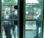 Männer, warten an der Bernauer auf die Straßenbahn