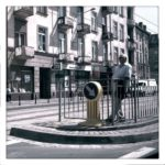 Mann, wartet in Wroclaw auf die Straßenbahn