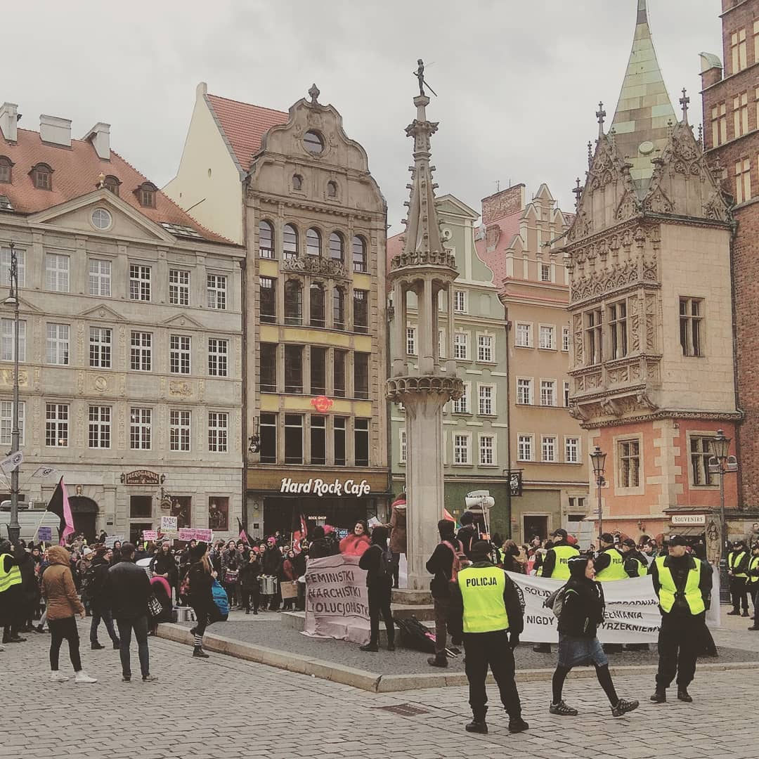 #anarchistki #feministki #rewolucjonistki protest in #wroclaw market square 9.3.19 guys in yellow are just police not #giletsjaunes